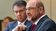 Martin Schulz mit Sigmar Gabriel: die frühere SPD-Spitze macht ihm das Leben schwer.