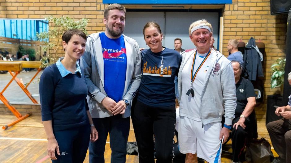 Sport ist auch Politik: Petry (links) vergangene Woche bei einer getarnten Wahlkampfveranstaltung in einer Turnhalle.