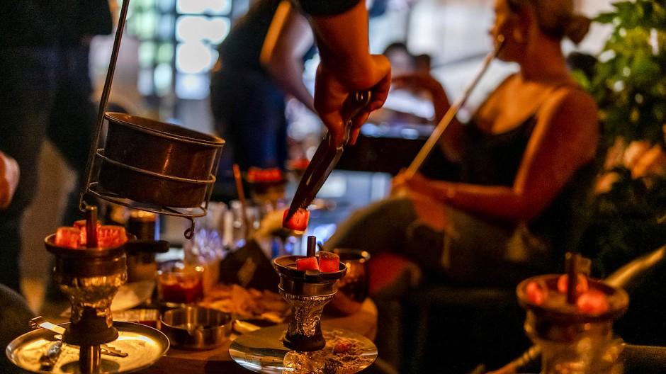 Besucher einer Shisha-Bar in Hanau im Juli