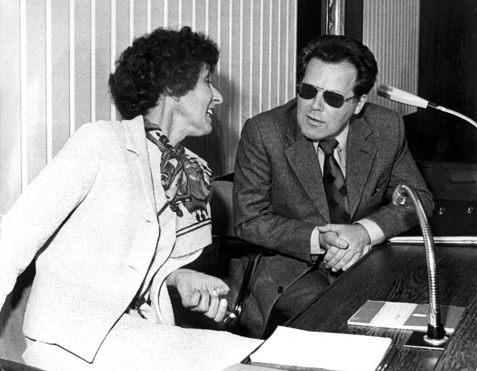Der frühere Referent im Bundeskanzleramt Günter Guillaume und seine Frau Christel mussten sich im Juni 1975 vor Gericht in Düsseldorf verantworten. Er wurde wegen Landesverrats zu dreizehn Jahren Freiheitsstrafe verurteilt, seine Frau zu acht Jahren.