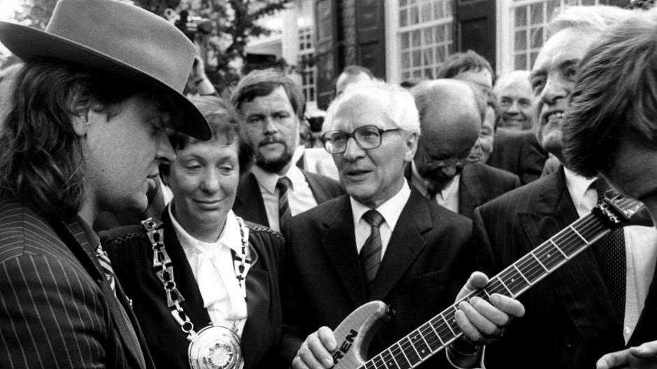 Vor der Bundestagswahl 1987 zum ersten Staatsbesuch in der Bundesrepublik: SED-Generalsekretär Erich Honecker bekommt von Udo Lindenberg eine Gitarre geschenkt, NRW-Ministerpräsident und SPD-Kanzlerkandidat Johannes Rau ist auch dabei.