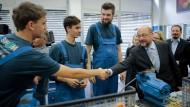 Anpacker unter sich: Martin Schulz mit Mitarbeitern des Ausbildungszentrums der Münchner Stadtwerke