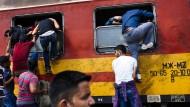 Flüchtlinge versuchen so schnell wie möglich die mazedonisch-griechische Grenze gen Serbien hinter sich zu lassen.
