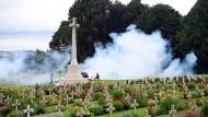 """Am """"Opferkreuz"""" in Thiepval wurde mit der Nachstellung von Schlachtszenen der Toten gedacht."""