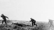 Britischen Truppen unter Beschuss. Wer trägt die Schuld am Kriegsausbruch?