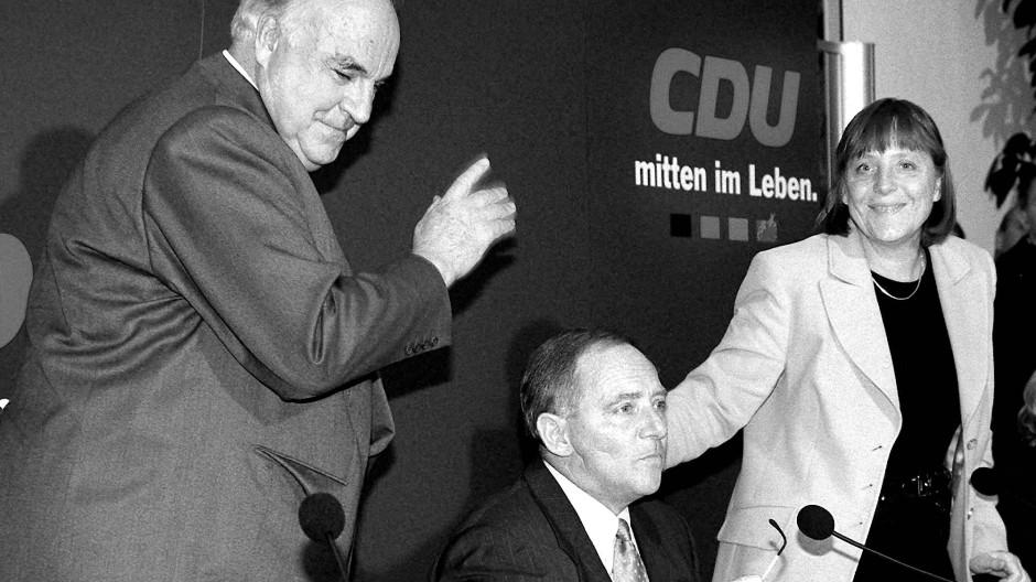 Ende mit Schrecken: Der vormalige Bundeskanzler Kohl, der CDU-Vorsitzende Wolfgang Schäuble und CDU-Generalsekretärin Angela Merkel am 30. November 1999 in Berlin nach einer Pressekonferenz zur CDU-Spendenaffäre
