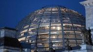 Blick auf die Kuppel des Reichstagsgebäudes in Berlin, dem Sitz des Deutschen Bundestages