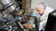 Armin Gallatz, Vorstand der MWI Ignition AG arbeitet am Motorenteststand in seiner Werkstatt in Empfingen.
