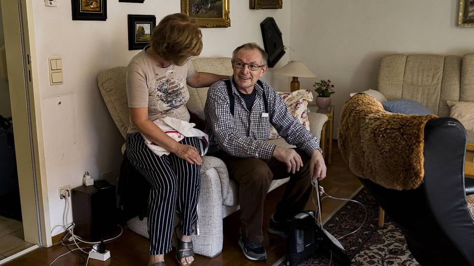 Deutschland, Stuttgart, 18. Juni 2020: Wenzel Demel, 67, hatte einen schweren Verlauf von COVID-19 und darf nach vier Monaten das erste mal für das Wochenende nach Hause. Die Reha soll noch um zwei Wochen verlängert werden. Bis jetzt kann er nur kurze Strecken mit der Hilfe von Beatmungsgerät und Rollator zurücklegen.