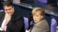 Gegenrede von der Regierungsbank: Bundesumweltminister Gabriel (SPD, hier neben Bundeskanzlerin Merkel) wurde am Donnerstag von Bundestagspräsident Lammert (CDU) ermahnt, Zwischenrufe seien nicht erlaubt, nachdem er sich mit einem Grünen-Abgeordneten in ein Wortgefecht verwickelt hatte.
