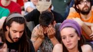 Mancher hält sie für eine verlorene Generation: Junge Spanier sitzen auf einem Platz in Madrid