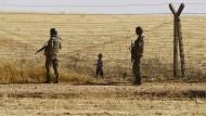 Türkische Soldaten verwehren syrischen Flüchtlingen den Zutritt in ihr Land und damit die Weiterreise nach Europa.