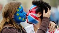 EU küsst Großbritannien: In Europa fehlt es an Liebe zur EU.