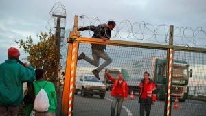 Flüchtlinge drängen in großen Gruppen zum Eurotunnel