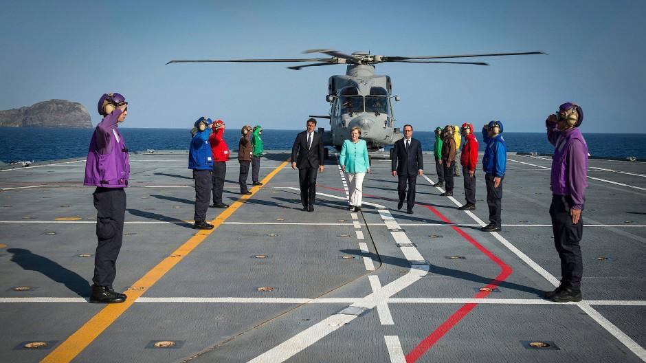 """Renzi, Merkel und Hollande bei ihrem Treffen auf dem italienischen Flugzeugträger """"Garibaldi""""."""