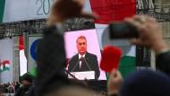 Rote Karte für Orbán: Der Ministerpräsident wird in Budapest ausgebuht.