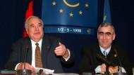 Beschlossen und verkündet: Bundeskanzler Helmut Kohl (CDU) und Bundesfinanzminister Theo Waigel (CSU, von links) am 2. Mai 1998 in Brüssel, wo sie die Einigung auf die Einführung des Euro zum 1. Januar 1999 bekanntgaben