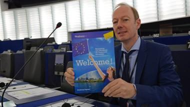 Der Satirepolitiker Martin Sonneborn an dem Arbeitsplatz, den er eigentlich schon lange wieder verlassen wollte: im Europäischen Parlament in Strassburg