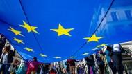 Das öffentliche Interesse für die Europawahl scheint, trotz einiger größerer Kundgebungen und Märsche, noch gering auszufallen. Es gibt trotzdem schon Prognosen für mögliche Wahlergebnisse.