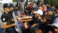Türkische Polizei hält Flüchtlinge auf