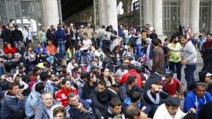 Wieder Hunderte zu Fuß auf dem Weg zur Grenze