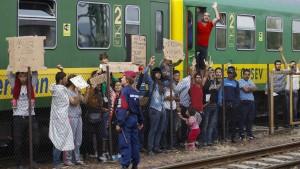 500 Flüchtlinge verweigern Fahrt in Lager, zweiter Zug gestoppt