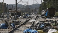 Die von der Polizei geräumten Bahnschienen am Grenzübergang Idomeni.