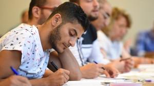 Wanka will Flüchtlingen Zugang zum Studium erleichtern