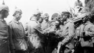 Deutsche Soldaten erhalten 1914 auf ihrem Vormarsch durch Belgien ihr Essen