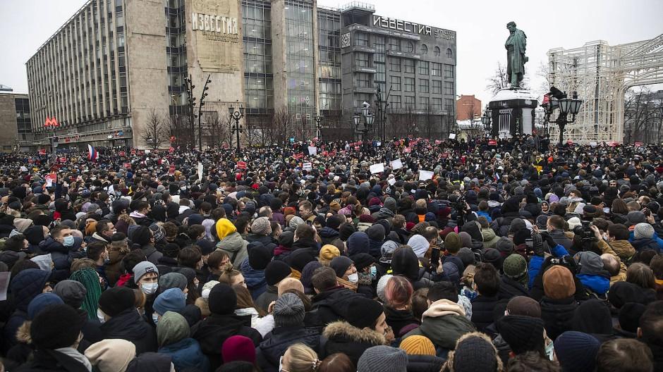 Demonstranten auf dem Puschkin-Platz in Moskau am Samstag
