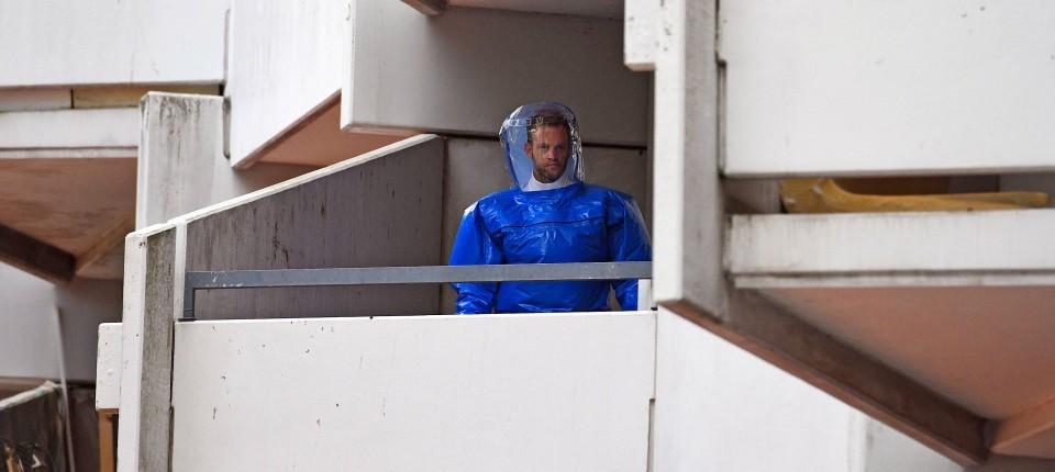 Juni 2018: Ein BKA-Beamter im Schutzanzug sichert Spuren im Wohnkomplex in Köln-Chorweiler.