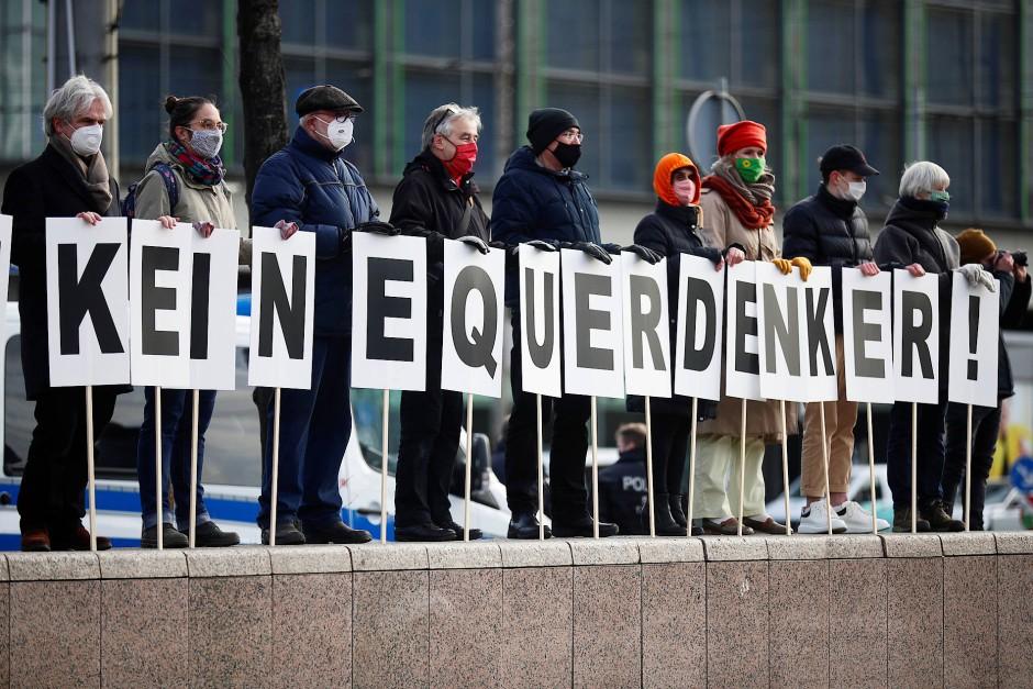 Wollen die Rufe gegen die Corona-Maßnahmen und die Infektionslage nicht ohne Erwiderung durch ihre Stadt ziehen lassen: Einige Gegendemonstranten am Samstag in Leipzig.