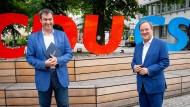 Armin Laschet, CDU-Kanzlerkandidat, CDU-Bundesvorsitzender und Ministerpräsident von Nordrhein-Westfalen, und Markus Söder (l), CSU-Vorsitzender und Ministerpräsident von Bayern, geben vor der gemeinsamen Präsidiumssitzung ihrer Parteien am Sonntag ein Pressestatement.
