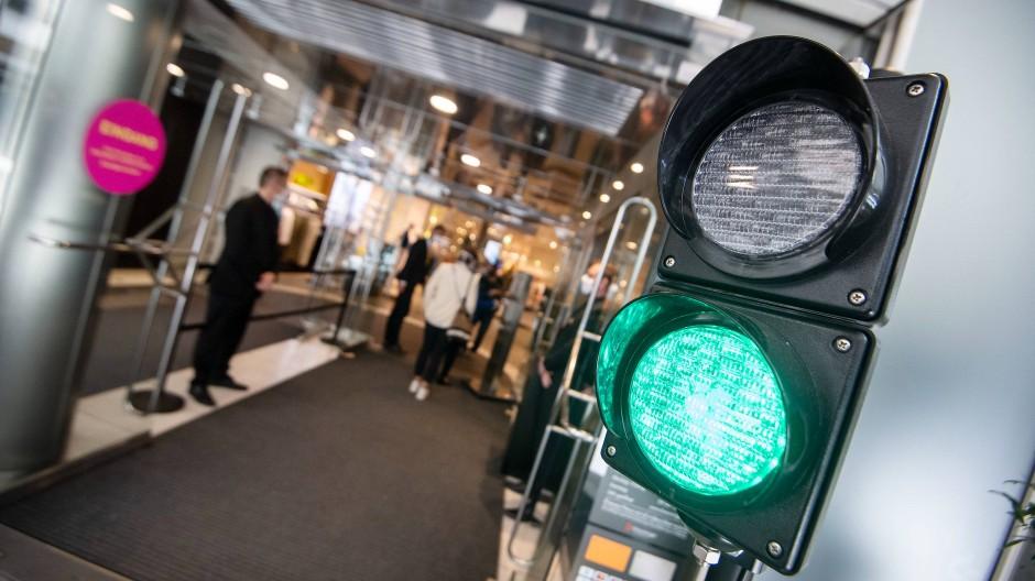 Bisher regelt die Ampel nur den Zutritt nach Anzahl der Besucher in einem Kaufhaus in Stuttgart. Künftig Geimpfte zu bevorzugen, soll nach dem Willen von Union und SPD nicht möglich sein.