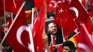Auf einer Pro-Erdogan-Demonstration in Köln wird ein Foto des türkischen Präsidenten hochgehalten.