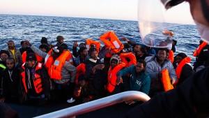 """Ocean Viking"" rettet 374 Bootsmigranten vor Libyen"