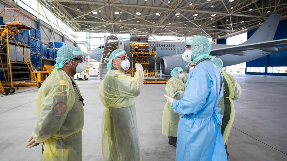 Das Sanitätsflugzeug der Bundeswehr im Hangar in Köln