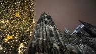 Der Kölner Dom vor der Mitternachtsmette: An Heiligabend sind Gottesdienste verhältnismäßig voll. Doch an gewöhnlichen Sonntagen breitet sich oft Leere aus. (Archivbild)