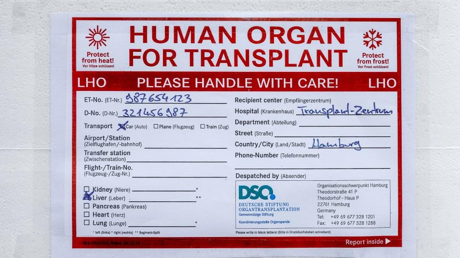 """Ein Aufkleber mit der Aufschrift """"Human Organ For Transplant"""" klebt auf einer Transportkühlbox für Spenderorgane."""