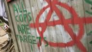 Ein Graffito an einer Barrikade am Dannenröder Forst erklärt im September alle Polizisten zu Zielscheiben.