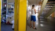 Neues Klientel: Seit Herbst 2015 müssen sich Vollzugsbeamte, Gefängnispsychologen und Sozialarbeiter in den deutschen Jugendvollzugsanstalten mit geflüchteten jungen Männern beschäftigen.