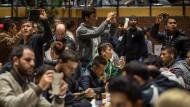 Flüchtlinge nach ihrer Ankunft in Dortmund: Mobiltelefone haben fast alle, Papiere dagegen nur wenige.