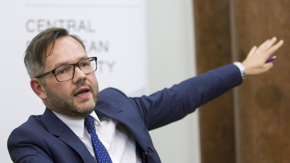 Staatsminister Michael Roth bittet die Kanzlerin um Entschuldigung.