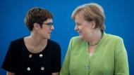 Die CDU-Spitze ist weiblich: Bundeskanzlerin Angela Merkel und die Generalsekretärin der CDU, Annegret Kramp-Karrenbauer.