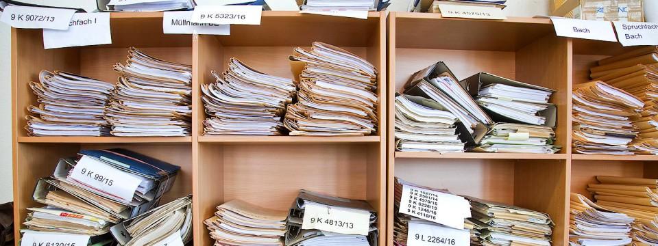 Schreibtisch voller akten  Asylklagen erreichen die Verwaltungsgerichte
