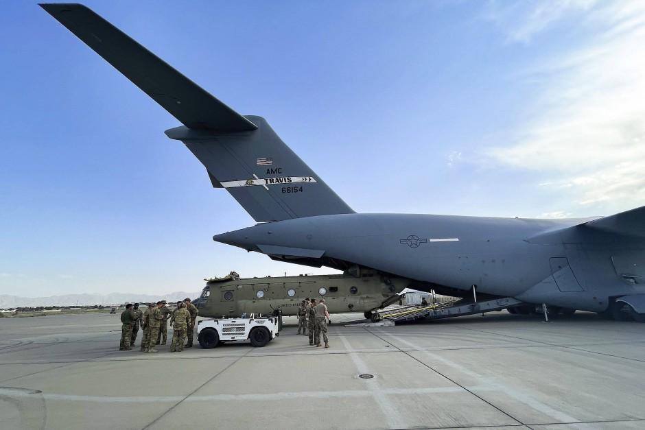 Ein Transporthubschrauber wird am 28. August in Kabul in ein amerikanisches Militärtransportflugzeug verladen.