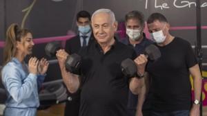 Die ersten Hanteln stemmt Netanjahu selbst