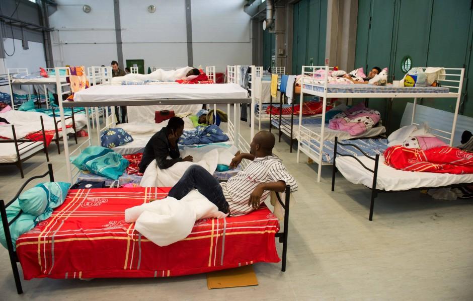 unterbringung von asylbewerbern seehofer will mehr unterk nfte bauen lassen inland faz. Black Bedroom Furniture Sets. Home Design Ideas