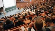 Studierende in einem Hörsaal der Universität Kassel (Symbolbild).