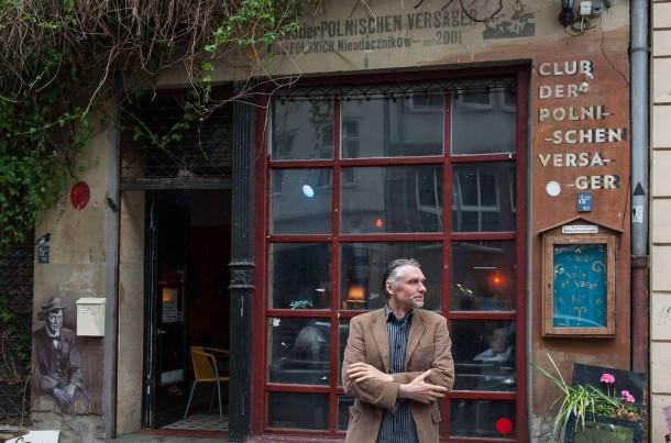 Gegen den Erfolgsdruck: Piotr Mordel vor dem Club der polnischen Versager in Berlin-Mitte